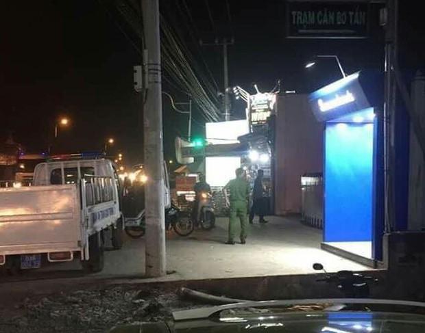 Rút tiền bị nuốt thẻ, người đàn ông đập phá trụ ATM ở Bình Dương - Ảnh 3.