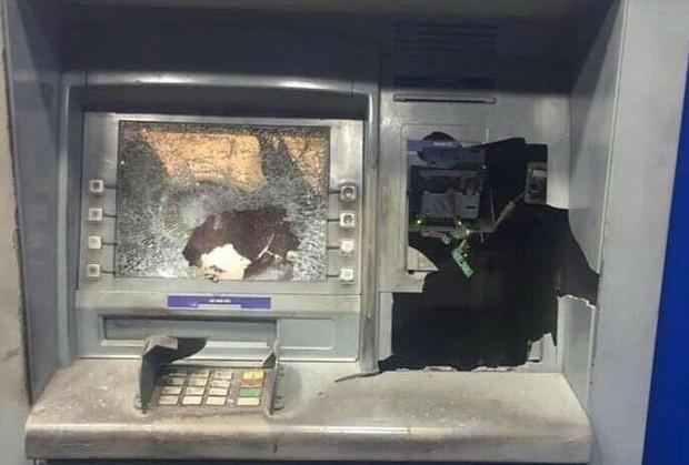 Rút tiền bị nuốt thẻ, người đàn ông đập phá trụ ATM ở Bình Dương - Ảnh 1.