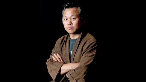 NÓNG: Huyền thoại điện ảnh Hàn - đạo diễn Kim Ki Duk qua đời vì Covid-19 - Ảnh 1.