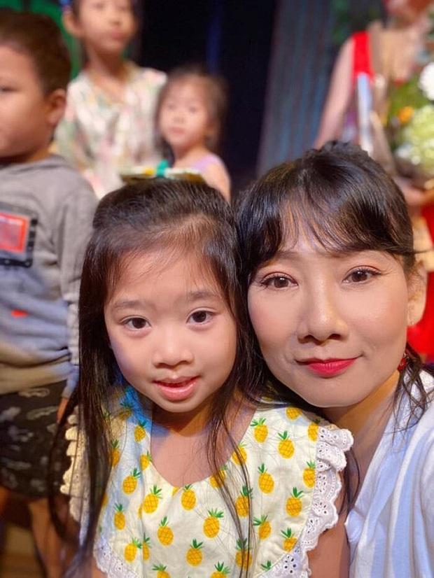 Hình ảnh mới nhất của con gái Mai Phương: Lớn phổng phao, xinh như bản sao của mẹ, thích thú đi chơi bên Ốc Thanh Vân và bảo mẫu - Ảnh 6.