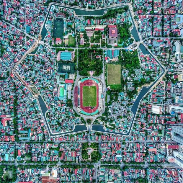 Hết rồng ngậm ngọc ở Phú Yên, dân tình lại phát sốt với bông hoa 6 cánh đều chằn chặn nhìn từ trên cao nằm giữa lòng thành phố Vinh - Nghệ An - Ảnh 1.