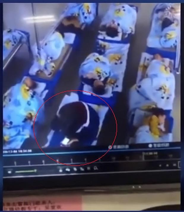 Xem camera tưởng con đang được ru ngủ trưa, cha mẹ hoảng hồn phát hiện việc làm tày trời của cô giáo, lập tức báo cảnh sát - Ảnh 1.