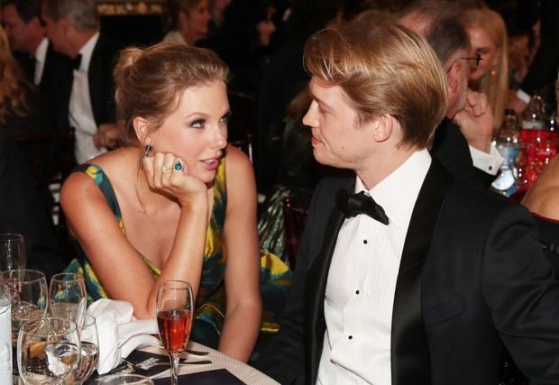 HOT: Taylor Swift ngầm xác nhận đã đính hôn với Joe Alwyn trong ca khúc champagne problems, khán giả quốc tế đồng loạt chúc mừng! - Ảnh 3.