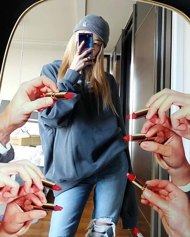 Jennie chụp selfie sương sương lộ ngay 2 chai nước hoa xịn sò nhiều nàng sẽ muốn sắm theo - Ảnh 2.