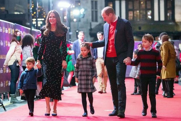 Lần đầu tiên xuất hiện trên thảm đỏ cùng anh chị, Hoàng tử út Louis nhà Công nương Kate đã chiếm trọn spotlight vì vẻ đáng yêu hết mức - Ảnh 2.