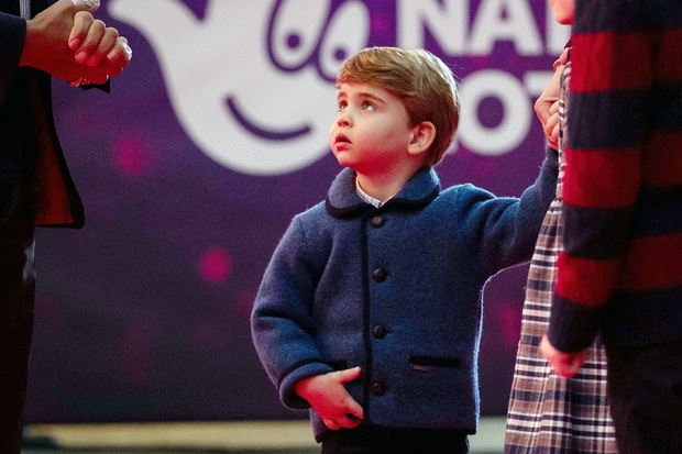 Lần đầu tiên xuất hiện trên thảm đỏ cùng anh chị, Hoàng tử út Louis nhà Công nương Kate đã chiếm trọn spotlight vì vẻ đáng yêu hết mức - Ảnh 3.
