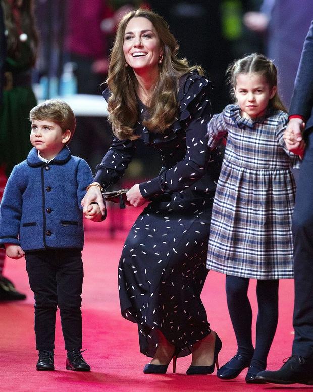 Lần đầu tiên xuất hiện trên thảm đỏ cùng anh chị, Hoàng tử út Louis nhà Công nương Kate đã chiếm trọn spotlight vì vẻ đáng yêu hết mức - Ảnh 4.