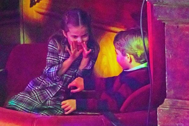 Lần đầu tiên xuất hiện trên thảm đỏ cùng anh chị, Hoàng tử út Louis nhà Công nương Kate đã chiếm trọn spotlight vì vẻ đáng yêu hết mức - Ảnh 6.