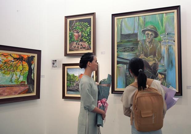 """Thầy Hiệu trưởng xúc động khi ngắm nhìn những bức tranh của học trò mình được treo trong triển lãm """"100 năm Bùi Xuân Phái - Ảnh 10."""