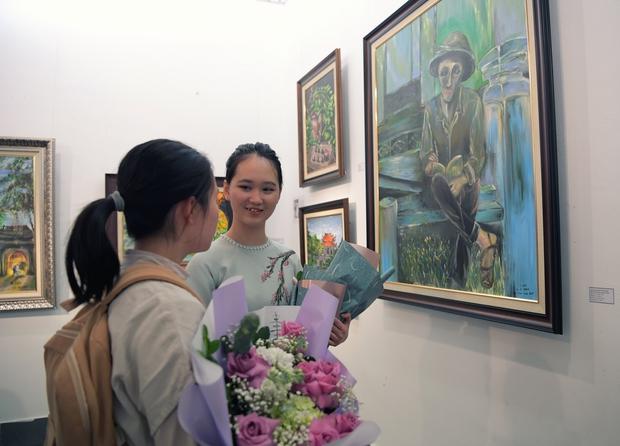 """Thầy Hiệu trưởng xúc động khi ngắm nhìn những bức tranh của học trò mình được treo trong triển lãm """"100 năm Bùi Xuân Phái - Ảnh 11."""