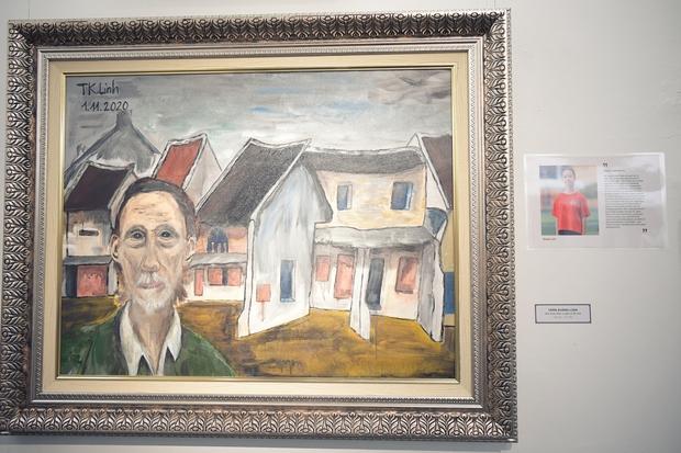 """Thầy Hiệu trưởng xúc động khi ngắm nhìn những bức tranh của học trò mình được treo trong triển lãm """"100 năm Bùi Xuân Phái - Ảnh 12."""