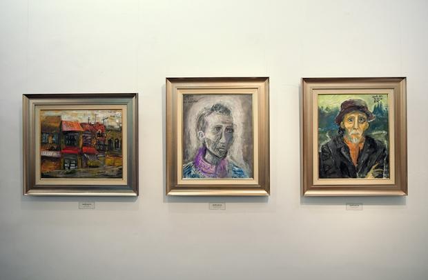 """Thầy Hiệu trưởng xúc động khi ngắm nhìn những bức tranh của học trò mình được treo trong triển lãm """"100 năm Bùi Xuân Phái - Ảnh 13."""