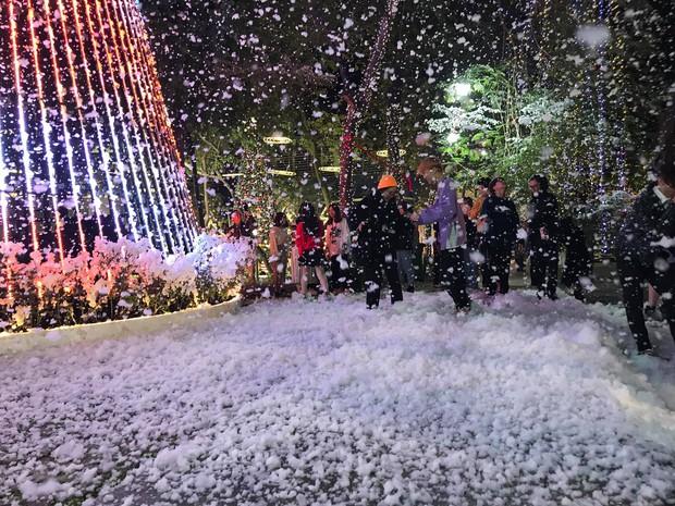 Noel tại các trường Đại học: Nơi có máy phun tuyết nhân tạo, nơi lung linh, rực rỡ như lễ hội ánh sáng - Ảnh 8.