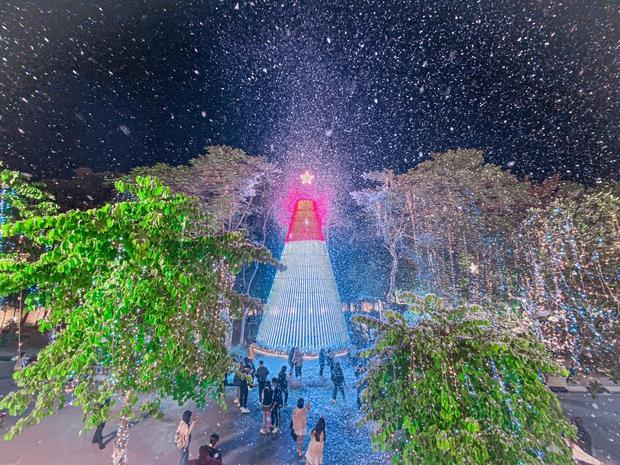 Noel tại các trường Đại học: Nơi có máy phun tuyết nhân tạo, nơi lung linh, rực rỡ như lễ hội ánh sáng - Ảnh 7.