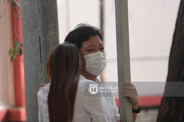 Vợ chồng Trường Giang - Nhã Phương khóc nấc từng cơn, tựa vào nhau vì đứng không vững tại tang lễ NS Chí Tài - Ảnh 4.