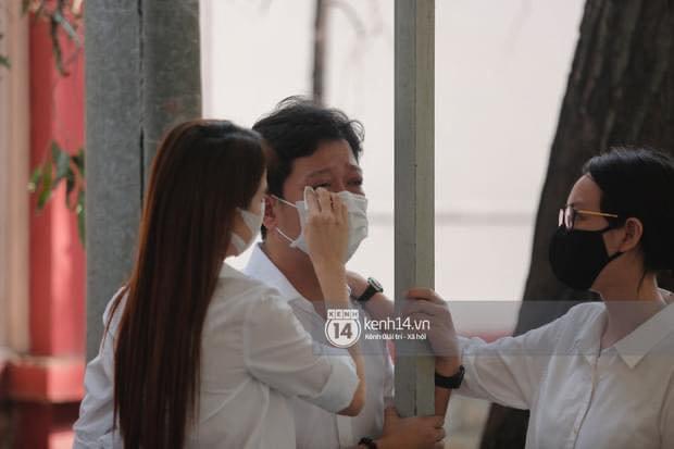 Vợ chồng Trường Giang - Nhã Phương khóc nấc từng cơn, tựa vào nhau vì đứng không vững tại tang lễ NS Chí Tài - Ảnh 2.