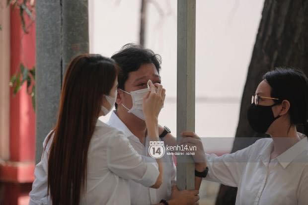 Vợ chồng Trường Giang - Nhã Phương khóc nấc từng cơn, tựa vào nhau vì đứng không vững tại tang lễ NS Chí Tài - Ảnh 3.