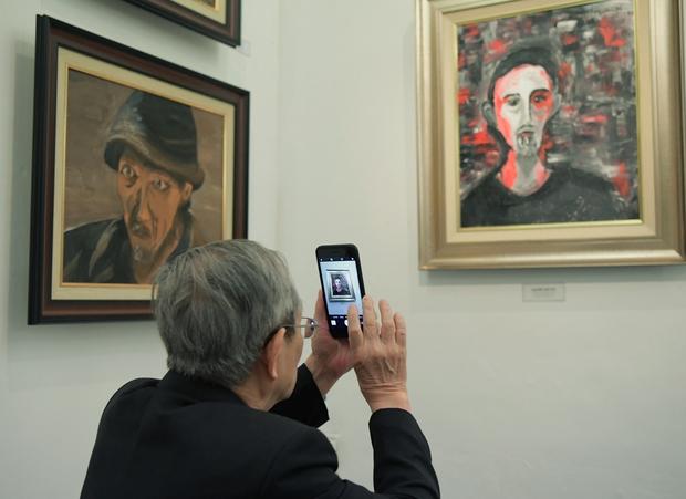 """Thầy Hiệu trưởng xúc động khi ngắm nhìn những bức tranh của học trò mình được treo trong triển lãm """"100 năm Bùi Xuân Phái - Ảnh 2."""