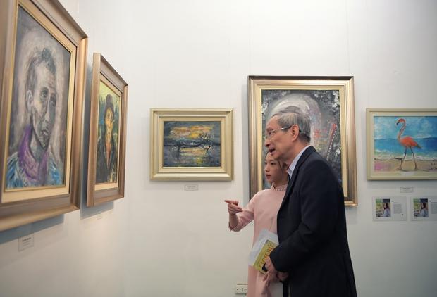 """Thầy Hiệu trưởng xúc động khi ngắm nhìn những bức tranh của học trò mình được treo trong triển lãm """"100 năm Bùi Xuân Phái - Ảnh 3."""