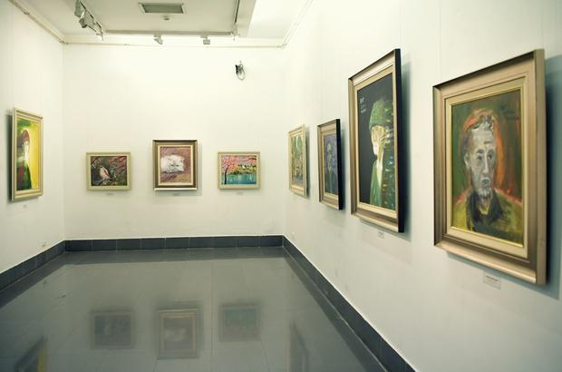 """Thầy Hiệu trưởng xúc động khi ngắm nhìn những bức tranh của học trò mình được treo trong triển lãm """"100 năm Bùi Xuân Phái - Ảnh 4."""