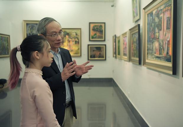 """Thầy Hiệu trưởng xúc động khi ngắm nhìn những bức tranh của học trò mình được treo trong triển lãm """"100 năm Bùi Xuân Phái - Ảnh 5."""