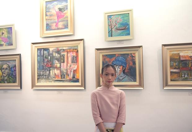 """Thầy Hiệu trưởng xúc động khi ngắm nhìn những bức tranh của học trò mình được treo trong triển lãm """"100 năm Bùi Xuân Phái - Ảnh 6."""
