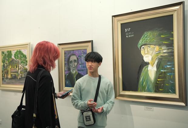 """Thầy Hiệu trưởng xúc động khi ngắm nhìn những bức tranh của học trò mình được treo trong triển lãm """"100 năm Bùi Xuân Phái - Ảnh 7."""
