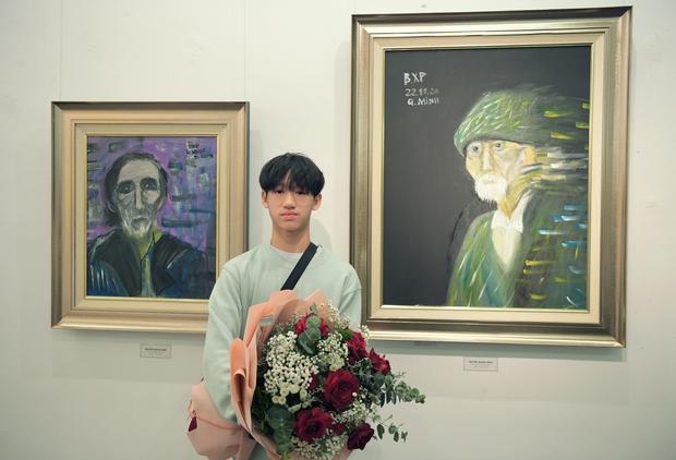 """Thầy Hiệu trưởng xúc động khi ngắm nhìn những bức tranh của học trò mình được treo trong triển lãm """"100 năm Bùi Xuân Phái - Ảnh 8."""