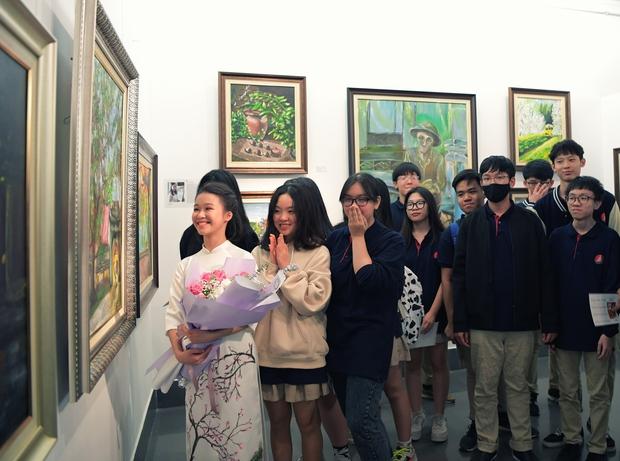 """Thầy Hiệu trưởng xúc động khi ngắm nhìn những bức tranh của học trò mình được treo trong triển lãm """"100 năm Bùi Xuân Phái - Ảnh 9."""