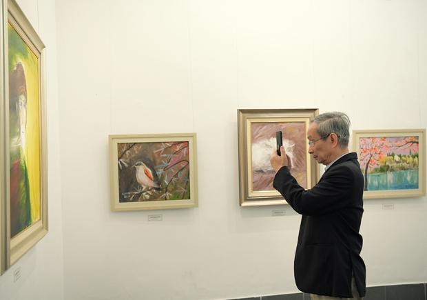"""Thầy Hiệu trưởng xúc động khi ngắm nhìn những bức tranh của học trò mình được treo trong triển lãm """"100 năm Bùi Xuân Phái - Ảnh 1."""