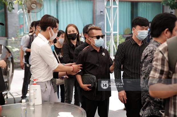 Dàn sao Việt đến tang lễ đưa tiễn NS Chí Tài: Ngọc Lan từ sân bay chạy về, Trấn Thành - Karik lặng lẽ đến vào phút cuối - Ảnh 25.