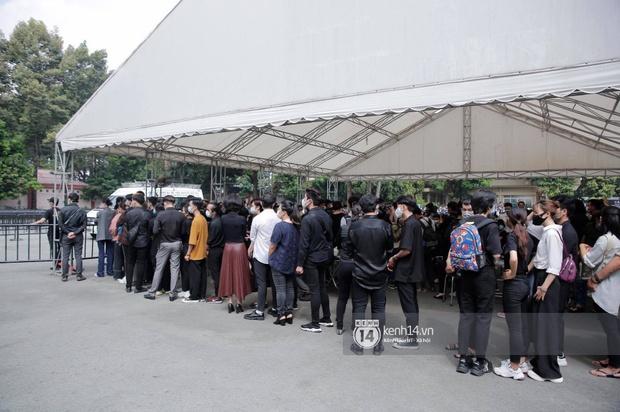Toàn cảnh tang lễ cố NS Chí Tài: Cả showbiz đến nói lời tiễn biệt, trời đổ mưa trước giờ linh cữu chuyển ra sân bay về Mỹ - Ảnh 102.
