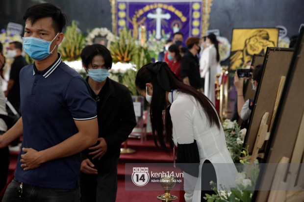 Nam Thư bức xúc đỉnh điểm, nổi giận khi đám đông chen lấn mất trật tự tại tang lễ NS Chí Tài - Ảnh 3.