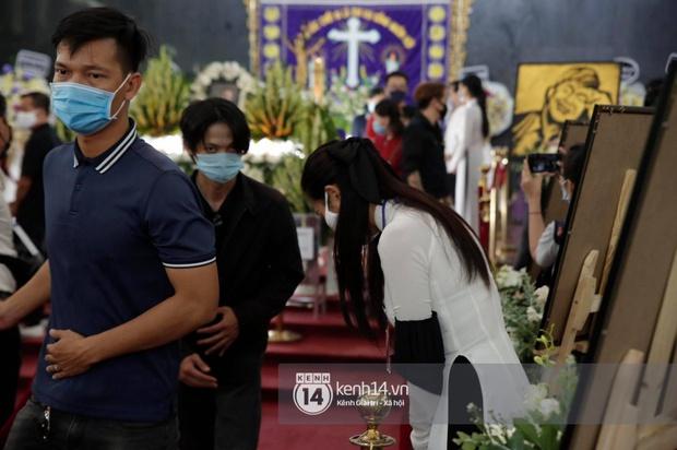 Toàn cảnh tang lễ cố NS Chí Tài: Cả showbiz đến nói lời tiễn biệt, trời đổ mưa trước giờ linh cữu chuyển ra sân bay về Mỹ - Ảnh 57.
