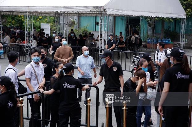 Toàn cảnh tang lễ cố NS Chí Tài: Cả showbiz đến nói lời tiễn biệt, trời đổ mưa trước giờ linh cữu chuyển ra sân bay về Mỹ - Ảnh 47.