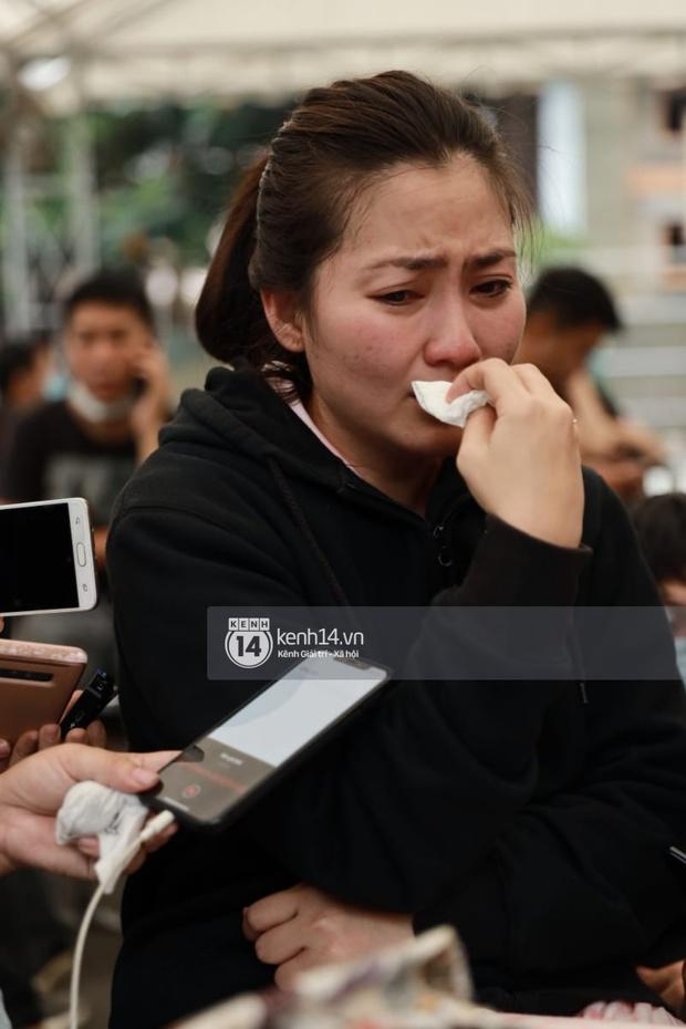 Toàn cảnh tang lễ cố NS Chí Tài: Cả showbiz đến nói lời tiễn biệt, trời đổ mưa trước giờ linh cữu chuyển ra sân bay về Mỹ - Ảnh 16.
