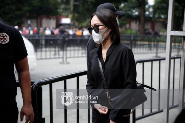 Toàn cảnh tang lễ cố NS Chí Tài: Cả showbiz đến nói lời tiễn biệt, trời đổ mưa trước giờ linh cữu chuyển ra sân bay về Mỹ - Ảnh 34.