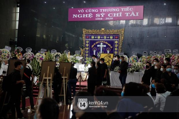 Toàn cảnh tang lễ cố NS Chí Tài: Cả showbiz đến nói lời tiễn biệt, trời đổ mưa trước giờ linh cữu chuyển ra sân bay về Mỹ - Ảnh 60.