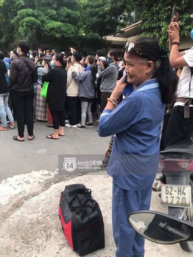 Toàn cảnh tang lễ cố NS Chí Tài: Cả showbiz đến nói lời tiễn biệt, trời đổ mưa trước giờ linh cữu chuyển ra sân bay về Mỹ - Ảnh 4.