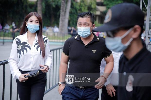 Dàn sao Việt đến tang lễ đưa tiễn NS Chí Tài: Ngọc Lan từ sân bay chạy về, Trấn Thành - Karik lặng lẽ đến vào phút cuối - Ảnh 34.