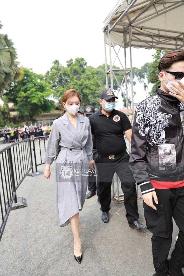 Trấn Thành - Hari Won che kín mặt, có hành động tinh tế nhằm tránh sự chú ý tại tang lễ nghệ sĩ Chí Tài - Ảnh 4.