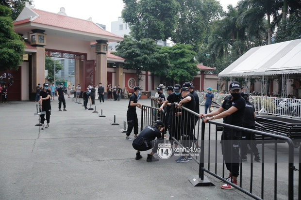 Toàn cảnh tang lễ cố NS Chí Tài: Cả showbiz đến nói lời tiễn biệt, trời đổ mưa trước giờ linh cữu chuyển ra sân bay về Mỹ - Ảnh 140.