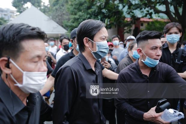 Dàn sao Việt đến tang lễ đưa tiễn NS Chí Tài: Ngọc Lan từ sân bay chạy về, Trấn Thành - Karik lặng lẽ đến vào phút cuối - Ảnh 2.