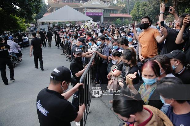 Đám đông hỗn loạn ùa vào tang lễ NS Chí Tài: Có người không đeo khẩu trang, 50 bảo vệ vẫn không kiểm soát được - Ảnh 3.