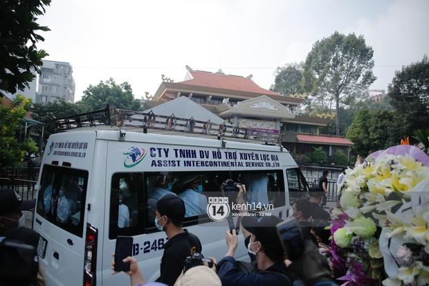 Toàn cảnh tang lễ cố NS Chí Tài: Cả showbiz đến nói lời tiễn biệt, trời đổ mưa trước giờ linh cữu chuyển ra sân bay về Mỹ - Ảnh 106.
