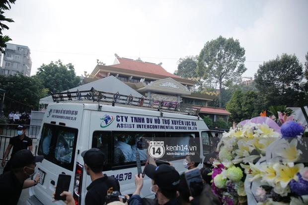 Toàn cảnh tang lễ cố NS Chí Tài: Cả showbiz đến nói lời tiễn biệt, trời đổ mưa trước giờ linh cữu chuyển ra sân bay về Mỹ - Ảnh 107.