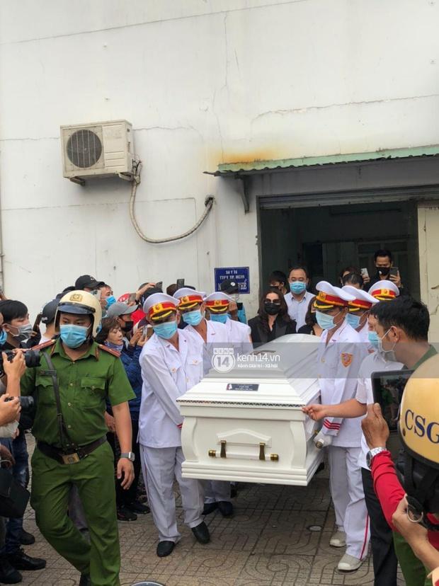Toàn cảnh tang lễ cố NS Chí Tài: Cả showbiz đến nói lời tiễn biệt, trời đổ mưa trước giờ linh cữu chuyển ra sân bay về Mỹ - Ảnh 125.
