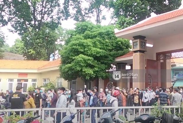 Đám đông hỗn loạn ùa vào tang lễ NS Chí Tài: Có người không đeo khẩu trang, 50 bảo vệ vẫn không kiểm soát được - Ảnh 4.