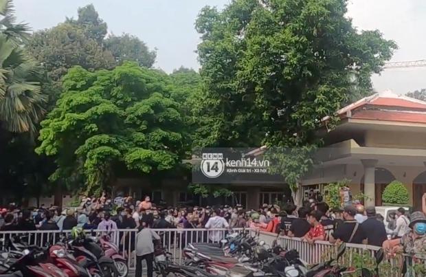Đám đông hỗn loạn ùa vào tang lễ NS Chí Tài: Có người không đeo khẩu trang, 50 bảo vệ vẫn không kiểm soát được - Ảnh 6.