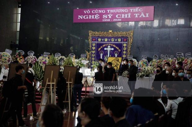 Ý nghĩa của 18 vòng hoa NS Hoài Linh tự tay chuẩn bị tiễn đưa NS Chí Tài bên trong tang lễ - Ảnh 2.